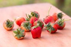 草莓woodden桌 免版税库存图片
