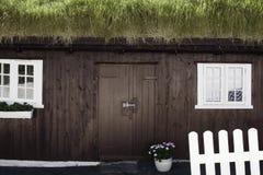 草被顶房顶的房子,法罗群岛 免版税库存图片
