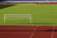 绿草踢橄榄球的运动场 库存照片