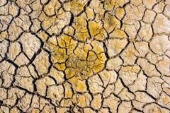 草顶视图在天旱的崩裂了土壤纹理 干燥泥背景纹理 全球性变暖 库存图片
