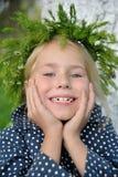 草头花圈的画象可爱的女孩 免版税库存图片