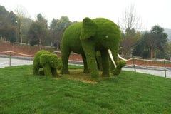 草elephents雕塑在植物园里 免版税库存照片