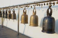 荐骨的响铃在Wat Saket Ratcha Wora玛哈Wihan & x28; 金黄登上temple& x29;在曼谷,泰国 免版税库存图片