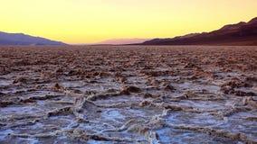 荒地在日落,死亡谷国家公园,加利福尼亚的盐平底锅 免版税库存图片