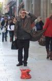 荒谬衣服的滑稽的街道艺术家 免版税库存图片