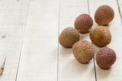荔枝果子热带在木背景,可口食物 免版税库存照片