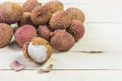 荔枝果子热带在木背景, 免版税库存照片