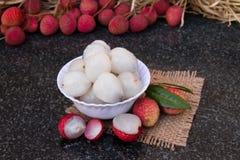 荔枝果子 在一块玻璃板的新鲜的水多的lychee果子 被剥皮的lychee果子 免版税库存照片