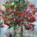 荚莲属的植物被绘的花束在花瓶的 免版税库存照片