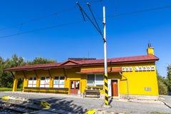 荚Lesom -太脱拉电铁路的小火车站在高Tatras,斯洛伐克 图库摄影