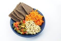 荞麦、胡麻面包、胡椒和红萝卜在板材 免版税库存图片