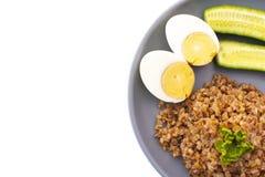 荞麦用鸡蛋和黄瓜在板材 免版税库存图片