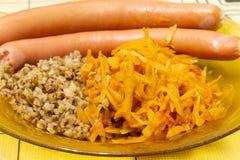荞麦粥用香肠和被炖的圆白菜作为背景 库存图片
