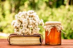 荞麦蜂蜜 黑暗的荞麦蜂蜜 有机产品 健康的食物 免版税库存图片