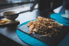 荞麦面条用金枪鱼虾和削片用在黑色的盘子的调味汁 亚洲食物背景 吃概念 餐馆p 免版税库存照片