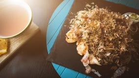 荞麦面条用金枪鱼虾和削片用在黑色的盘子的调味汁 亚洲食物背景 吃概念 餐馆p 图库摄影
