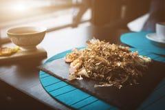 荞麦面条用金枪鱼虾和削片用在黑色的盘子的调味汁 亚洲食物背景 吃概念 餐馆p 库存图片