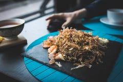 荞麦面条用金枪鱼虾和削片用在黑色的盘子的调味汁 亚洲食物背景 吃概念 餐馆p 库存照片