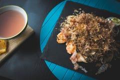 荞麦面条用金枪鱼虾和削片用在黑色的盘子的调味汁 亚洲食物背景 吃概念 库存图片