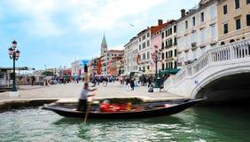 荡桨一艘长平底船的平底船的船夫在威尼斯意大利 库存照片