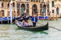 荡桨一traghetto与的传统被剥离的衬衣的平底船的船夫 免版税库存图片