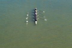 荡桨在多瑙河的八个人 免版税库存照片