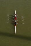 荡桨在多瑙河的四个人 免版税库存图片