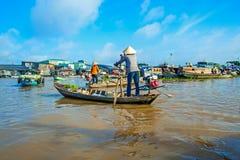 荡桨在小船的妇女 库存图片