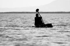 荡桨在查莫湖,埃塞俄比亚 免版税库存照片