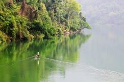 荡桨在湖的人们小船酸值的张,泰国 免版税图库摄影