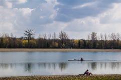 荡桨在湖 库存图片