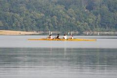 荡桨在湖 库存照片