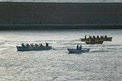 荡桨在热那亚的绿色衬衣的划船者怀有,热那亚,意大利,欧洲 图库摄影