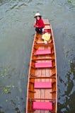 荡桨小船的未认出的妇女在Damoen Saduak浮动标记 库存图片