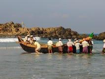 荡桨小船的渔夫 免版税图库摄影