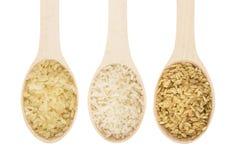 荡桨木匙子用在白色的被煮半熟的,被擦亮的,糙米 库存图片