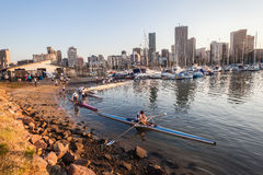 荡桨独木舟赛船会的滑动式造船架运动员 免版税库存照片