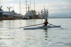 荡桨的路线的孩子 免版税图库摄影