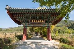 荣州市,韩国- 2014年10月15日:Buseoksa一个柱子门  免版税库存照片