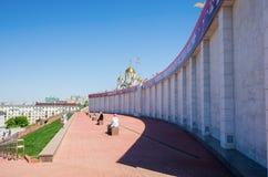 荣耀的纪念碑的片段与横幅`翼果的在比赛!在俄罗斯`的世界杯足球赛2018年 免版税库存照片