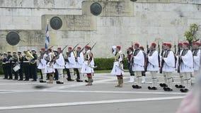 荣誉在无名英雄墓的Evzones卫兵的正式变动前面 股票视频