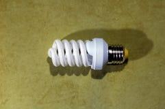 荧光灯电灯泡,在绿色背景 库存图片