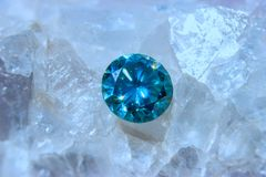荧石水晶和蓝色金刚石-宏观照片 库存照片