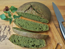 荨麻绿色圆的面包,杂草面团 免版税库存照片