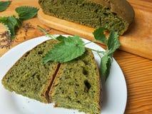 荨麻绿色圆的面包,杂草面团 免版税库存图片