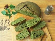 荨麻绿色圆的面包,杂草面团 库存图片