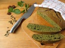 荨麻绿色圆的面包,杂草面团 图库摄影