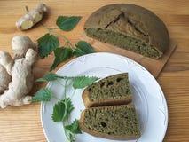 荨麻绿色圆的面包,杂草面团 库存照片