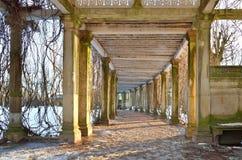 荫径在凯瑟琳公园的一个私有庭院里在冬天 pus 免版税图库摄影