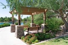荫径在植物和树包围的公园 库存图片